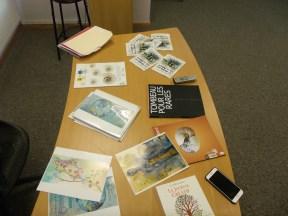 Exposição de livros e pinturas